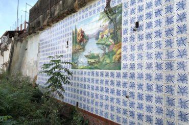 Destas casas demolidas, só restou um mural de azulejos